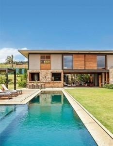 casa de campo com piscina estreita