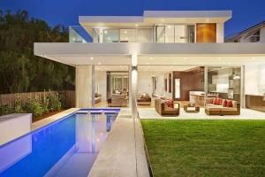 piscina estreita casa iluminada